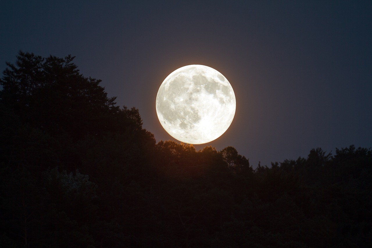 Bulan di malam nisfu sya'ban